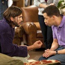 Due uomini e mezzo: Jon Cryer ed Ashton Kutcher nell'episodio People Who Love Peepholes