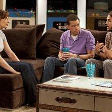 Due uomini e mezzo: Jon Cryer, Judy Greer ed Ashton Kutcher nell'episodio People Who Love Peepholes