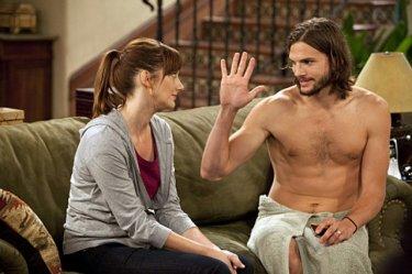 Due uomini e mezzo: Judy Greer ed Ashton Kutcher nell'episodio People Who Love Peepholes