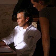 Paolo Sassanelli in Oltre il Mare con Marit Nissen (di spalle)