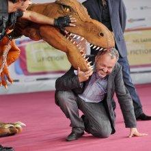 Steve Della Casa alle prese con il dinosauro di Terra Nova sul red carpet del Roma Fiction Fest 2011