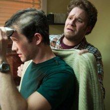 50/50: Seth Rogen osserva con apprensione Joseph Gordon-Levitt mentre si rade i capelli