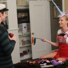 Chris Colfer e Heather Morris in una scena dell'episodio di Glee 'I Am Unicorn'