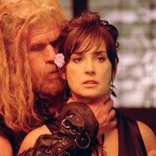 Demi Moore e Ron Perlman in una scena del film Bunraku