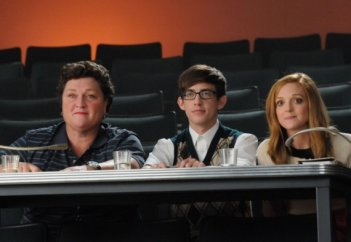 Dot Jones, Kevin McHale e Jayma Mays nell'episodio di Glee Asian F