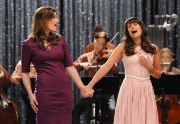 Idina Menzel e Lea Michele in una scena dell'episodio di Glee 'I Am Unicorn'