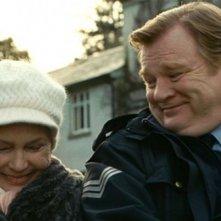 Brendan Gleeson e Fionnula Flanagan in una tenera scena di Un poliziotto da happy hour