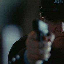 Brendan Gleeson prende la mira in una scena di Un poliziotto da happy hour