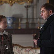 Jane Eyre: Simon McBurney e la giovane Amelia Clarkson in una scena del film