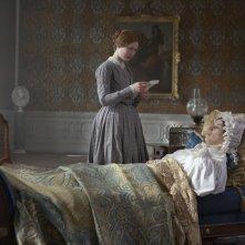 Judi Dench e Mia Wasikowska in una scena di Jane Eyre