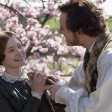 Mia Wasikowska e Michael Fassbender sorridono felici in una scena di Jane Eyre