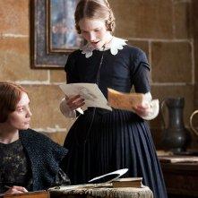 Mia Wasikowska in una scena di Jane Eyre insieme a Tamzin Merchant