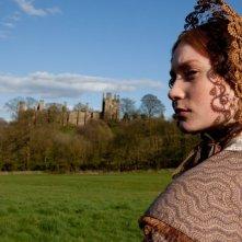 Mia Wasikowska sullo sfondo delle bellissime location di Jane Eyre