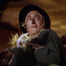 Ray Bolger in una scena del film Il mago di Oz