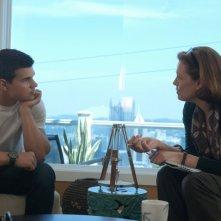 Sigourney Weaver e Taylor Lautner in una scena del film Abduction - Riprenditi la tua vita