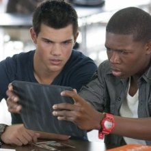 Taylor Lautner in una scena di Abduction con Denzel Whitaker