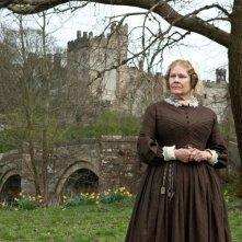 Un'austera Judi Dench in una scena di Jane Eyre