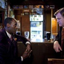 Un poliziotto da happy hour: Brendan Gleeson e Don Cheadle in una scena del film