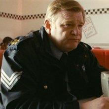 Un poliziotto da happy hour: Brendan Gleeson pensieroso in una scena del film