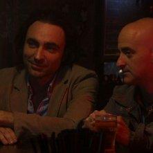 Cara, ti amo...: Luciano Scarpa e Angelo Orlando  si guardano intorno in un locale