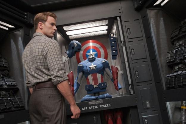Chris Evans di fronte al suo costume in The Avengers - I vendicatori