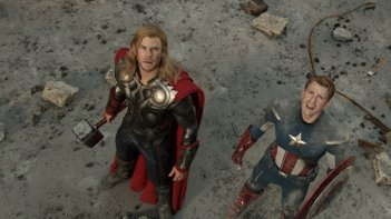 Chris Evans e Chris Hemsworth guardano il cielo in una scena di The Avengers - I vendicatori
