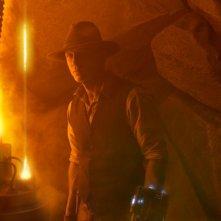 Cowboys & Aliens: Daniel Craig tra le rocce osserva il nemico