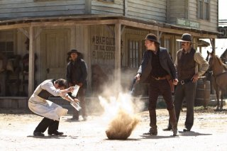 Cowboys & Aliens: Sam Rockwell, Adam Beach e Paul Dano in una sequenza del film