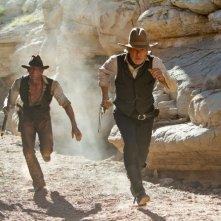 Harrison Ford e Daniel Craig in fuga in una scena del film Cowboys & Aliens