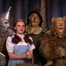 Judy Garland con Jack Haley, Ray Bolger e Bert Lahr in una scena de Il mago di Oz