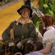 Judy Garland (di spalle) con Ray Bolger in una scena de Il mago di Oz