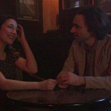 Luciano Scarpa corteggia la bella Sara Ricci in una scena della commedia Cara, ti amo