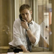 Ryan Gosling al telefono in una scena di The Ides of March