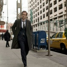 Ryan Gosling cammina in strada nel film The Ides of March