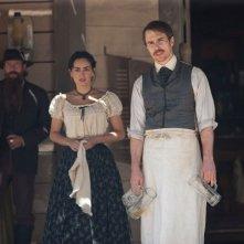 Sam Rockwell in una scena di Cowboys & Aliens insieme ad Ana de la Reguera