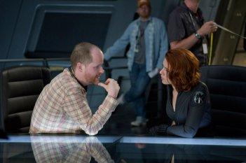 Scarlett Johansson a colloquio col regista Joss Whedon con in una scena di The Avengers - I vendicatori