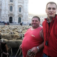 Pecore davanti al Duomo di Milano per le riprese de L'ultimo pastore di Marco Bonfanti (nella foto)