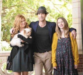Connie Britton, Dylan McDermott e Taissa Farmiga nella prima puntata di American Horror Story