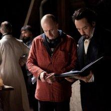 John Cusack insieme al regista James McTeigue sul set di The Raven