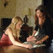 The Secret Circle: Britt Robertson e Shelley Hennig nell'episodio Loner