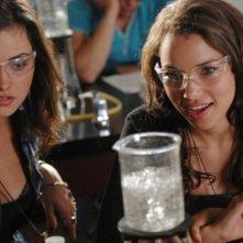 The Secret Circle: Phoebe Tonkin e Jessica Parker Kennedy nell'episodio Bound