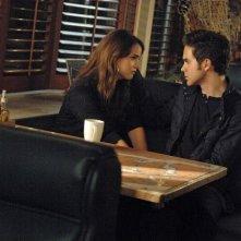 The Secret Circle: Shelley Hennig e Thomas Dekker in una scena dell'episodio Slither