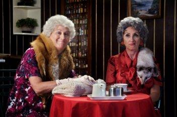 Bar Sport: Angela Finocchiaro e Lunetta Savino in una colorata scena del film