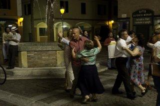 Claudio Bisio danza in piazza in una divertente scena di Bar Sport: