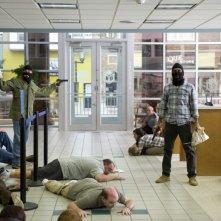Jesse Eisenberg e Aziz Ansari in azione in un'immagine di 30 Minutes or Less
