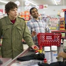 Jesse Eisenberg e Aziz Ansari in una scena di 30 Minutes or Less