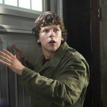 Jesse Eisenberg terrorizzato in una scena di 30 Minutes or Less