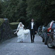 Kirsten Dunst e Alexander Skarsgård sorridono felici in una scena d Melancholia
