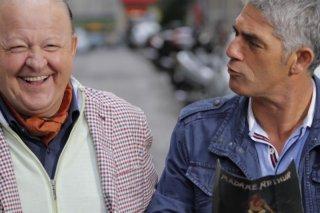 Matrimonio a Parigi: Biagio Izzo e Massimo Boldi ridono in una scena del film diretto da Claudio Risi