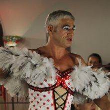 Matrimonio a Parigi: Biagio Izzo in abiti 'particolari' in una scena del film